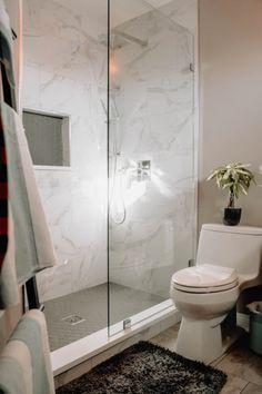L'une de nos pièces préférées chez nous : la salle de bain. Envie de la rénover et de faire des travaux pour la rendre plus chic & tendance ? Retrouvez nos conseils en matière de revêtement mural, nouvelles couleurs, disposition et mobilier ! #salledebain #mur #maison #travaux #devis