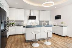 Kuchyně řady Janova ve vysokém bílém lesku tvoří moderní, čistý prostor. Její luxusní vzhled podtrhuje pracovní deska z umělého kamene. Kitchen Island, Table, Furniture, Home Decor, Island Kitchen, Decoration Home, Room Decor, Tables, Home Furnishings