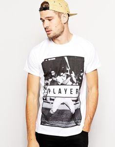 River Island – Player – T-Shirt mit Aufdruck 12,86€ bei #asos. 5% Cashback für Ihre Bestellung. Bis zu 70% Rabatt auf ausgewählte Produkte im SALE Bis auf Weiteres gültig. #asos #fashion #swag #herrenmode #t-shirts