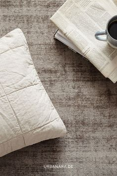 Die Karlay Kissenhülle bringt mit dem gleichmäßig gesteppten Quadratmuster einen klassischen und zeitlosen Stil in Ihr Schlafzimmer. Während die Oberseite aus reinem europäischen Leinen gefertigt ist, besticht die Rückseite aus Baumwoll-Renforcé mit einer leichten Polyesterwattierung. So entsteht ein natürliches und harmonisches Textilstück, das zeitlose Eleganz zum Ausdruck bringt. Entdecken Sie skandinavische Läufer und Wollteppiche aus 100% natürlichen Materialien. Natural Bedroom, Soft Blankets, Linen Bedding, Color Trends, Decorating Your Home, Neutral, Aesthetics, Colour, Spring