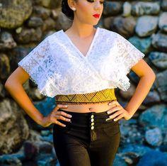 Tela: Gabardina Tipo de bordado: Cadenilla de máquina artesanal Región en la que se elabora: Istmo de Tehuantepec Diseño: Blusa elaborada con el huipil original y pequeñas tablas en el borde