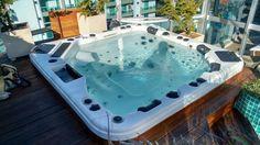 Banheira Hidro Spa Modelo SKT 338 E10 Tamanho: 2.280x2.280x940mm Capacidade: 1.600 Litros Peso Seco: 380 Kg Para 6 pessoas sendo 2 lounge e 4 acentos normais.