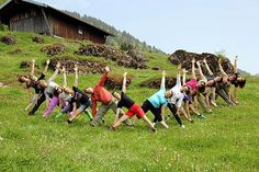 Yogagruppe in Trikosana auf Bergwiese