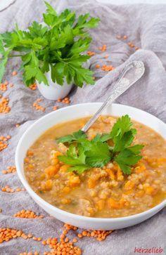 Rote Linsensuppe ganz einfach und schnell gemacht. Auf dem Blog gibt es ein Rezept für eine vegetarische Variante, aber auch für Variationen mit Fleisch.
