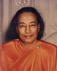 La sorprendente fotografia de despedida con la ultima sonrisa del maestro espiritual Paramahansa Yogananda poco antes de morir en el año 1952. Solo el amor tomará mi lugar afirmó varias horas antes.