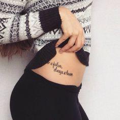 """Tatuaje+que+dice+""""Never+a+failure,+always+a+lesson""""+(""""Nunca+un+fracaso,+siempre+una+lección"""")+en+la+pelvis+de+Vivien+Sophie."""
