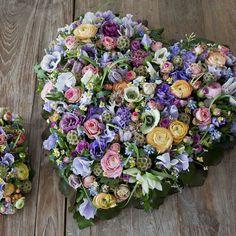 Rouwarrangement Sfeer Lief. Bijzondere rouwarrangementen in verschillende vormen of met een symbolische betekenis, bij Afscheid met Bloemen vindt u het allemaal. In de rouwarrangementen gebruiken wij grote, bijzondere bloemen, altijd uit het seizoen. Gemaakt door Afscheid met Bloemen.
