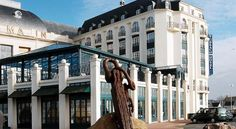 Hôtel Beach Hotel Trouville-sur-Mer Beach Hotel is located in the centre of Trouville-sur-Mer, just 130 metres from the beach. It offers a covered swimming pool with sea views and a bar.