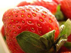 hmmmmm....  strawberries !!!!!! Nature Plants, Strawberries, Planting Flowers, Fruit, Food, Strawberry Fruit, Strawberry, Meals, Berries