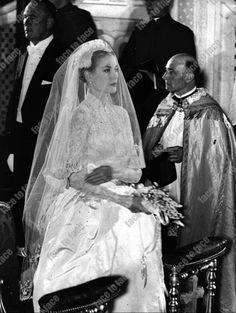 Grace & Family Grace Kelly Wedding, Grace Kelly Style, Princess Grace Kelly, Celebrity Wedding Photos, Celebrity Weddings, Royal Brides, Royal Weddings, Prince Rainier, Monaco Royal Family