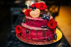 Bei dem Drip Cake läuft die Glasur verführerisch an der Torte hinab und zaubert einen ganz modernen und besonderen Look... | Tipps, Ideen & Beispiele Cupcakes, Wedding Planning Checklist, Drip Cakes, Wedding Cakes, Hand Painted, Desserts, Food, Weddings, Cake Ideas