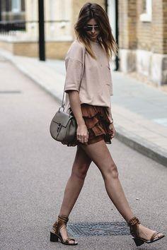 look saia de babados marrom e blusa nude