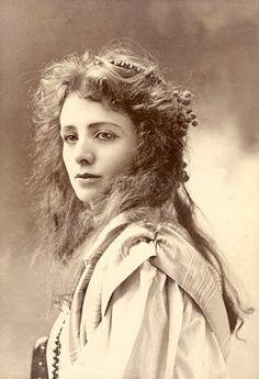 100-летние фотографии самых красивых женщин тех времен.