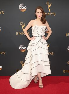 66874f35473 Michelle Dockery in Oscar de la Renta at the 2016 Emmys Emilia Clarke