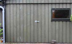 Dør til skur med 'diskret' stalddørsgreb Diy Garage, Garage Doors, Table And Chairs, Tables, Diy Door, Benches, Facade, Rv, Architecture