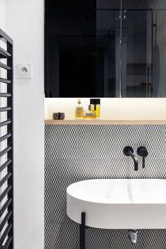 Un carrelage graphique noir et blanc dans la salle de bains