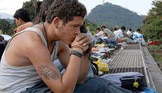 """El viaje de """"La Bestia"""": miles de centroamericanos cruzan México en los techos de trenes, un recorrido muy peligroso, muchos son secuestrados o matados en el camino.  http://estaticos04.cache.el-mundo.net/elmundo/imagenes/2009/09/15/1252975315_0.jpg"""