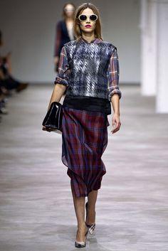 Me encanta la idea de un tul transparente por encima de la falda, ya lo hizo hace unos luctros Custo. Queda preciosa y por supuesto ¡¡¡COPIABLE!!!. Dries Van Noten