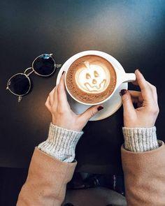 Halloween jack-o-lantern latte art on point. Fall inspiration and photo ideas. Things to do during fall. Coffee Art, Coffee Shop, Coffee Lovers, Coffee Cups, Fall Halloween, Happy Halloween, Halloween Graveyard, Halloween Fairy, Halloween Night