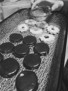 Legpuhább linzer&isler tészta  30dkg liszt, 20dkg vaj, 10dkg porcukor, 1 csomag vaníliás cukor, csipet sütőpor , 1 tojássárgája. Vaj, Griddles, Griddle Pan, Cookies, Desserts, Food, Grill Pan, Tailgate Desserts, Biscuits
