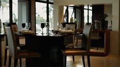 A sala de jantar merece um cuidado especial na hora de ser elaborada. Além dos conjuntos , é interessante notar como se combinam mesas, cadeiras e lustres, que devem formar uma composição afinada de acordo com o estilo da casa.