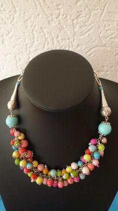 Mooie gekleurde zomerse ketting met glas kralen en houten kralen.