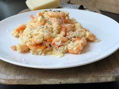 Risotto er en nydelig italiensk rett som er enkel å lage og som smaker fantastisk. Du kan egentlig ha i nesten det du vil av kjøtt, kylling, grønnsaker, fløte eller bare spise det med revet parmesan. Vi har laget en forenklet risotto med scampi. Du trenger: 1 pk scampi (300 gr) 300 gr risotto 1 buljongterning olivenolje til steking revet parmesan Kok opp 6 dl grønnsaksbuljong. Varm opp oljen i en stekepanne å tilsett risen. La den steke et par minutter eller til den er blank. Tilsett rekene… Scampi, Pasta Salad, Risotto, Gluten, Parmesan, Ethnic Recipes, Crab Pasta Salad, Macaroni Salad