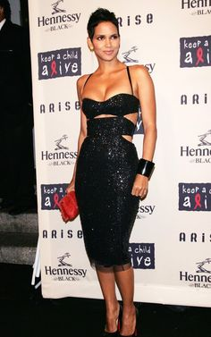 Halle Berry Is Sparkly in Black - 43 year-old (yes, I know) Halle Berry looked hot and shiny in a cropped and cleavagey dress at Keep a Child Alive Black Ball in New York City yesterda. Halle Berry Style, Halle Berry Hot, Halley Berry, Beautiful Black Women, Sensual, Look Fashion, Cleveland, Sexy Dresses, Strapless Dress Formal