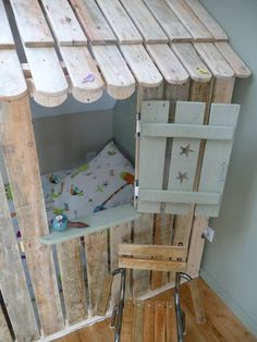 Cama feita com Pallets Reutilizados e Personalizada para Crianças