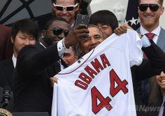 米ワシントンD.C.(Washington D.C.)のホワイトハウス(White House)を表敬訪問し、バラク・オバマ(Barack Obama)大統領(手前右)と一緒に「セルフィー(自分撮り)」写真を撮影するボストン・レッドソックス(Boston Red Sox)のデビッド・オーティス(David Ortiz)選手(手前左、2014年4月1日撮影)。(c)AFP/Jewel Samad ▼4Apr2014AFP|米ホワイトハウス、サムスンの「自撮りマーケティング」に不快感 http://www.afpbb.com/articles/-/3011770 #Barack_Obama