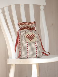 Drawstring gingham gift bag with gorgeous heart designed by Debbie Shore! Make this yourself using the Debbie Shore Bags Galore Twin Project CD ROM. Available here - http://www.createandcraft.tv/Debbie_Shore_Bags_Galore_Twin_Project_CD_ROM-335971.aspx?fh_location=//CreateAndCraft/en_GB/$s=335971