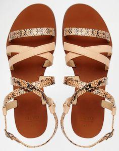 c1ab127f66f4 Die 29 besten Bilder von Römersandalen   Flat sandals, Flat Shoes ...