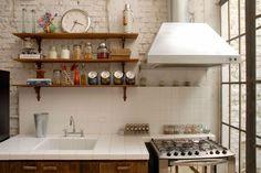 Cozinha em casa de vila com jeito de loft industrial