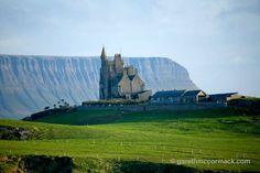 Classie Bawn Castle and Benbulbin, Mullaghmore, Co Sligo, Ireland. Photographer Gareth McCormack.