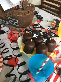 Leon's Piraten Party Teil 2 Essen und Deko – Die Hausmutter Leon's Pirate Party Part 2 Food and Decoration – The Housemother Diy Birthday Backdrop, Diy Birthday Cake, Birthday Cakes For Women, Adult Birthday Party, Birthday Cake Decorating, Pirate Birthday, Birthday Ideas, Birthday Table, Happy Birthday