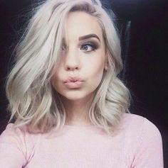 Cómo sea que lo decidas usar se va a ver espectacular. | 18 Pruebas de que el cabello blanco es el look que necesitas