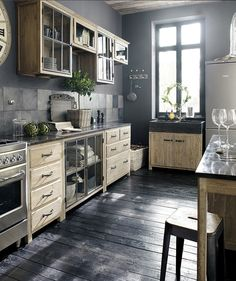 I bet everybody loves an industrial kitchen style. It's aesthetically pleasing even if not the most popular trend in kitchen design. Kitchen Inspirations, Pine Kitchen, Vintage Kitchen, Kitchen Remodel, Modern Kitchen, Kitchen Dining Room, Home Kitchens, Rustic Kitchen, Kitchen Style