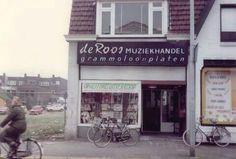 Waar ik mijn eerste singles kocht.. Platenzaak de Roos. Stationsstraat 1979 vlak voor de sloop