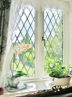 Leaded glass windows for a country cottage style decor. Style Cottage, English Cottage Style, English Country Cottages, English Country Style, English House, Country Style Homes, Cottage Homes, French Country, English Cottage Interiors