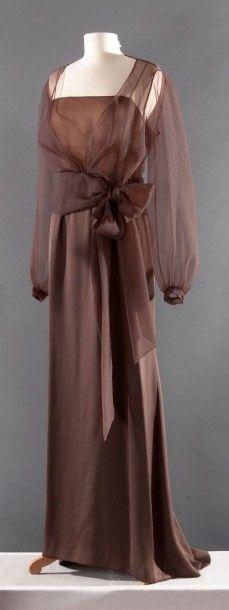Yves SAINT LAURENT haute couture n°75465 circa 2002 Robe longue à fines bretelles en satin de soie marron, bustier en mousseline marron glacé recouverte de gazar chocolat, décolleté carré, effet de découpes… - Gros & Delettrez - 21/03/2016