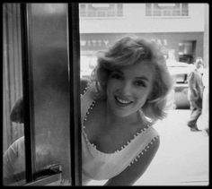 1957 / Sous l'objectif de Sam SHAW, Marilyn flâne et découvre les vitrines de New York tout en faisant du shopping pour Arthur.