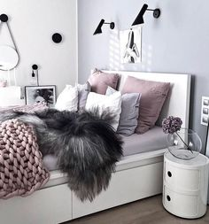 Teen bedroom themes must accommodate visual and function. Here are tips to create the coolest teen bedroom. Deco Design, Dream Rooms, New Room, House Rooms, Home Bedroom, Bedroom Inspo, Bedroom Chair, Bedroom Furniture, Furniture Sets