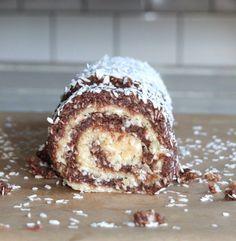 Sukrin Gold, 500 gramÄkta Vaniljpulver, 10 g Chokladbollsrulltårta, som en gigantisk chokladboll i ny tappning! Kakan är gjord i två lager, en botten som är smaksatt med kakao och en ljus fyllning med smak av vanilj! SÅ så gott och en perfekt dessert för alla oss som älskar kokos och choklad! Detta är dessutom en... Lchf, New Recipes, Cake Recipes, Food Cakes, Healthy Baking, Low Carb Keto, Deserts, Sweets, Breakfast