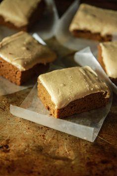 Lebkuchen-Kürbis-Blechkuchen mit Espresso Caramel Frosting- Vegan und Glutenfree von HeatherChristo.com