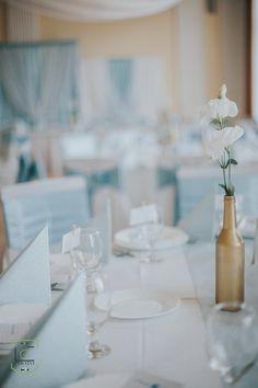 A hűvös világos kéket, jól kiegészíti a meleg tónusú arany Serenity, Table Decorations, Furniture, Home Decor, Decoration Home, Room Decor, Home Furnishings, Arredamento, Dinner Table Decorations