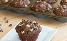 Chocolate Banana White Chocolate Chip Muffins - Moist and tender chocolate and banana muffins with lots of white chocolate chips. White Chocolate Muffins, Chocolate Chip Oatmeal, White Chocolate Chips, Choc Muffins, Chocolate Chocolate, Chocolate Cupcakes, Köstliche Desserts, Delicious Desserts, Dessert Recipes