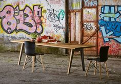 Skin table - Colico  Struttura: lamiera di acciaio verniciata e legno di rovere nodato. Piano: legno di rovere nodato, spessore mm 40.
