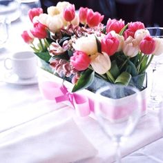 Este centro de mesa también es de tulipanes pero de distintos colores ...