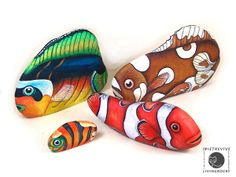 "Galets peints ""Des poissons multicolores"" More"