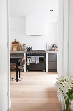 A Dutch couple decorate their home for Christmas enhancing their Scandi-inspired chic but neutral style. Take a look inside. Smeg Kitchen, Kitchen Oven, Kitchen Decor, Kitchen Ideas, Modern Kitchen Interiors, Modern Kitchen Design, Kitchen Designs, Black Kitchens, Cool Kitchens
